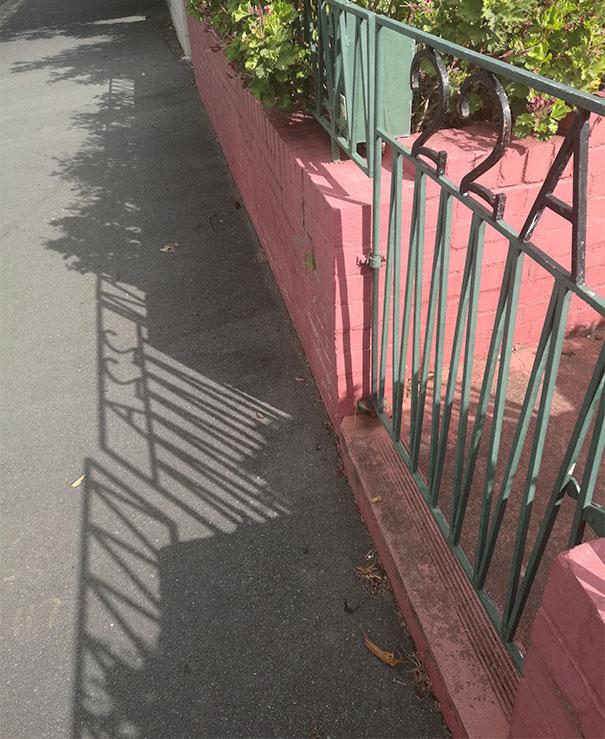 Тень этих ворот выглядит так