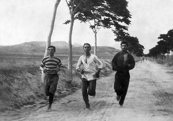 Три человека бегут в марафоне на первых современных Олимпийских играх, 1896