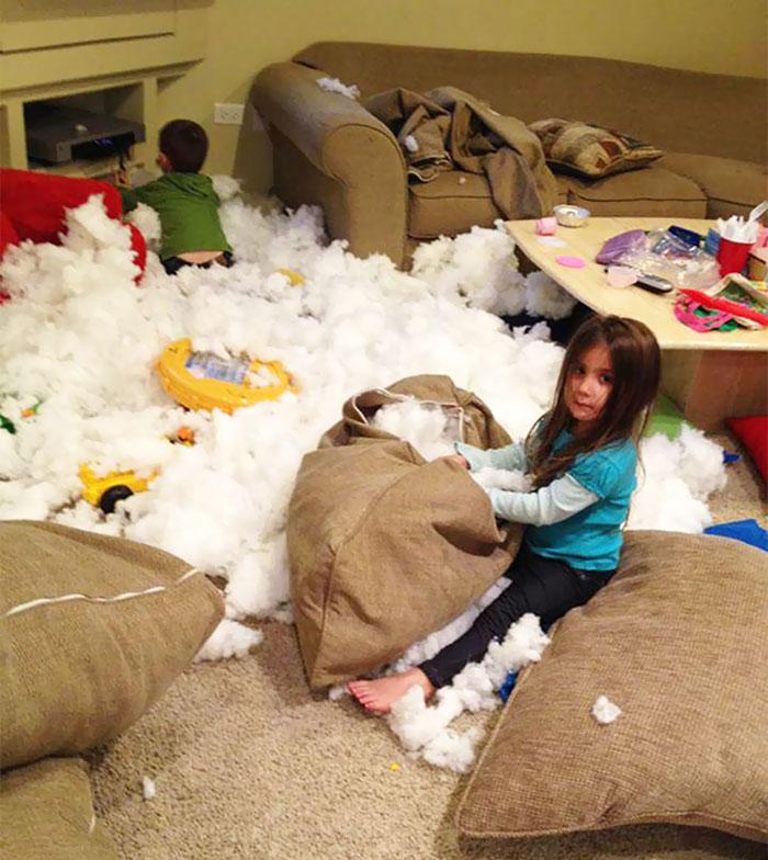 дети разобрали подушки