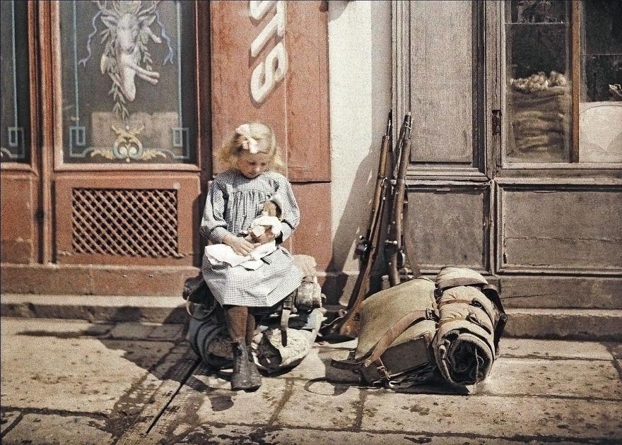 Девочка с куклой рядом с обмундированием солдат. Реймс, Франция, 1917 г.