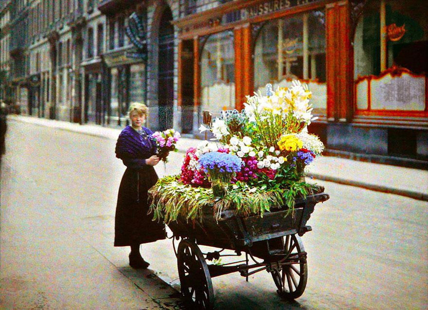 Продавец цветов на улице Парижа
