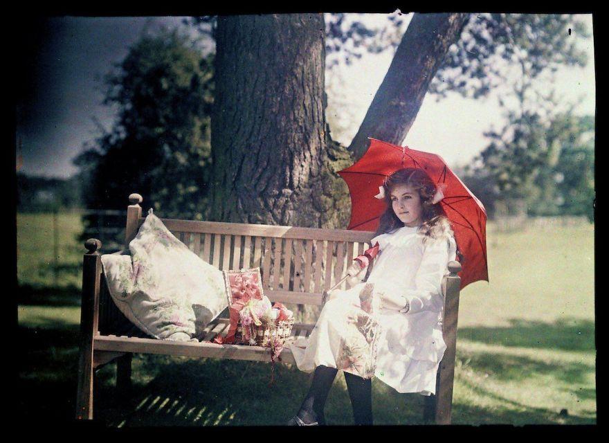 Девушка с зонтиком, сидящая на скамейке, 1908 г.