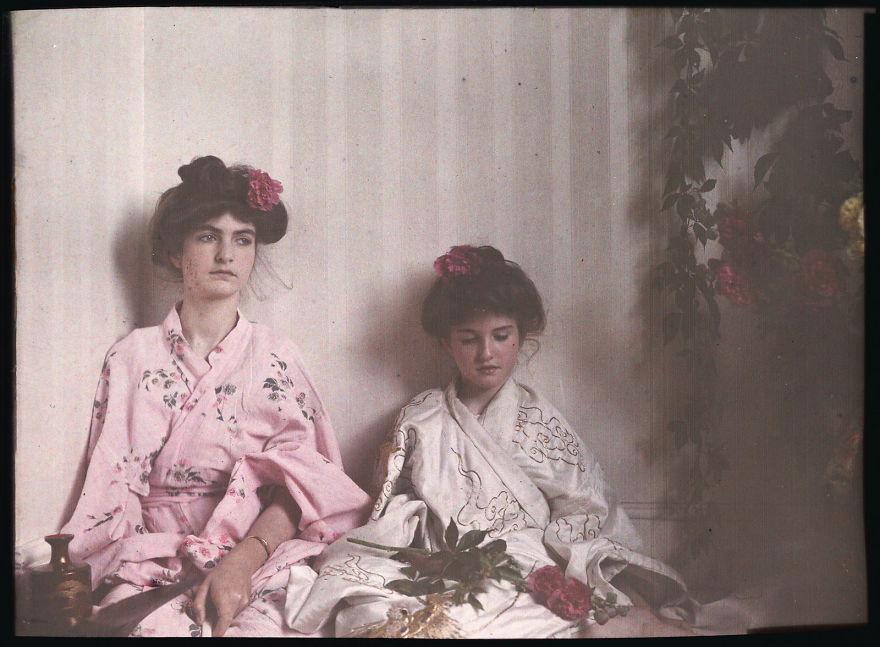 Две девочки в восточных костюмах, 1908 г.