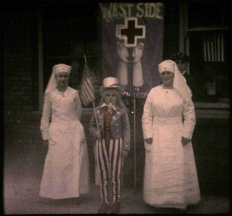 Две медсестры и ребенок
