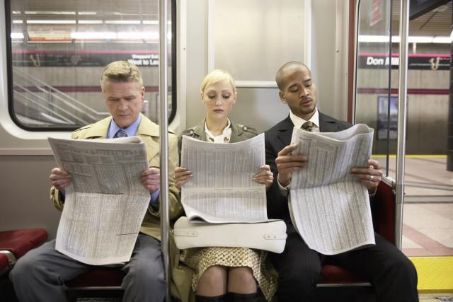 люди читают газеты