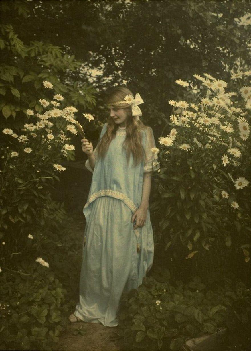 Молодая девушка среди цветов, 1912 г.