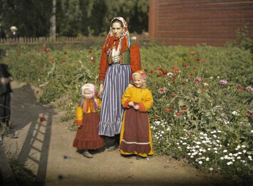 Швеция, мать и дочки в традиционной одежде, 1910 г.