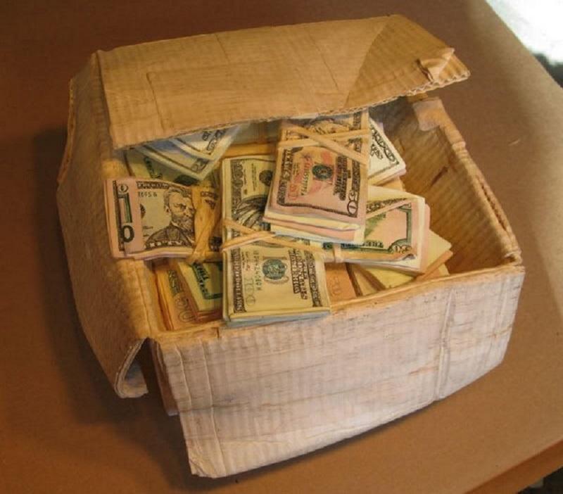 деньги в картонной коробке