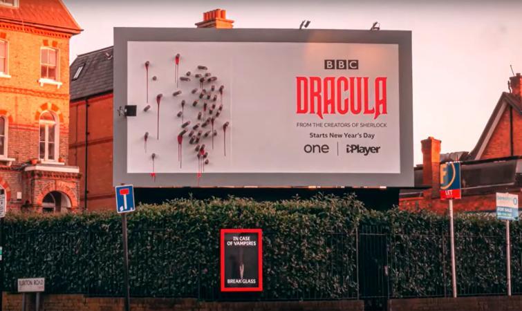 Рекламный щит сериала «Дракула» не то, чем кажется, надо просто дождаться темноты.